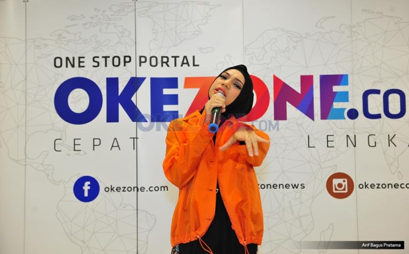 Berhijab, Fashion Style Penyanyi Indah Nevertari Berkiblat pada Ariana Grande