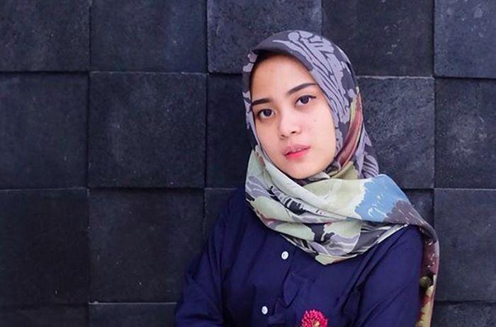 https: img.okezone.com content 2017 01 02 194 1581383 intip-gaya-hijab-untuk-acara-pesta-ala-desainer-restu-anggraini-b5xav1kPaj.jpg