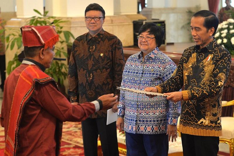 Presiden Jokowi ketika memberika SK hutan adat kepada masyarakat di Istana Negar. (Foto: Antara/Widodo S. Jusuf)