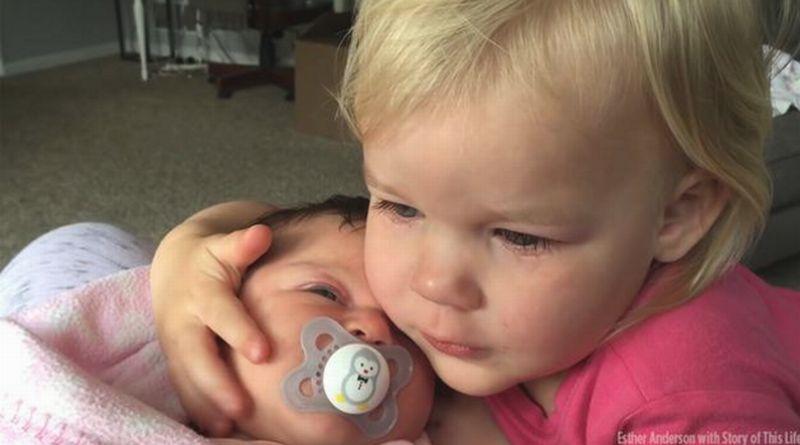Ellia yang Sebelumnya Nampak Marah Tengah Menenangkan Adik Kecilnya, Tessa. (Foto: ABC7)