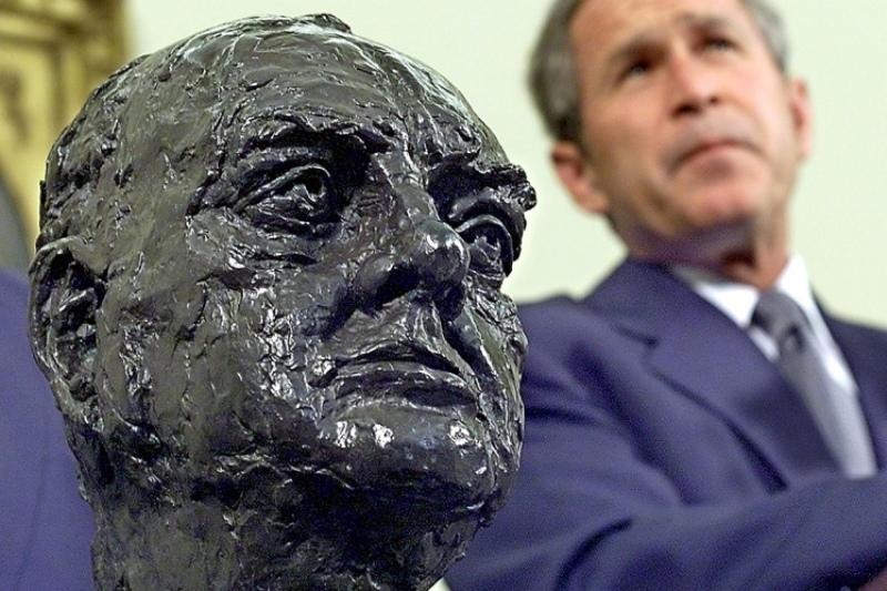 Patung kepala Winston Churchill hadiah dari Blair untuk Bush. (Foto: Getty Images)