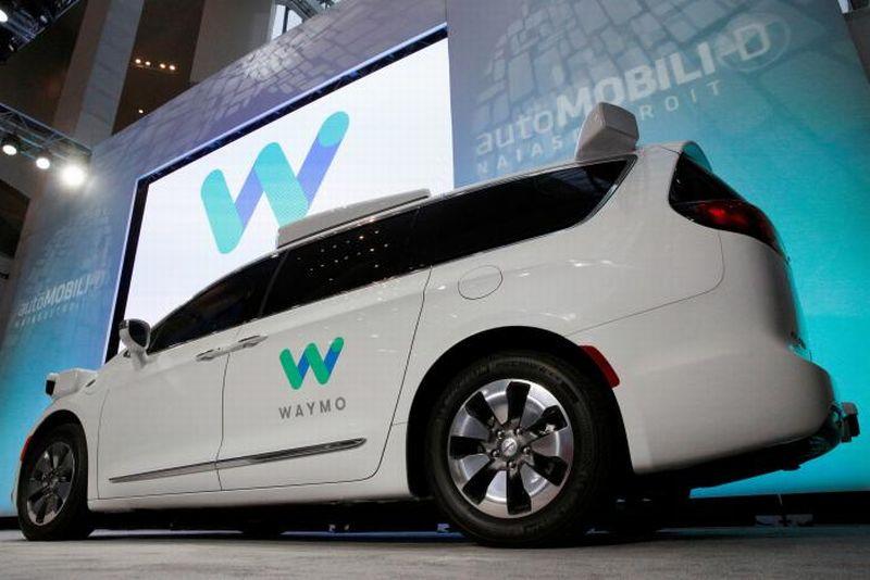 Chrysler Pacifica gunakan teknologi mobil otonom dari Google (Foto: Reuters)