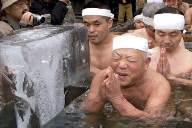 Ratusan warga Jepang mandi es sebagai bagian dari ritual penyucian jiwa (Foto: Reuters)