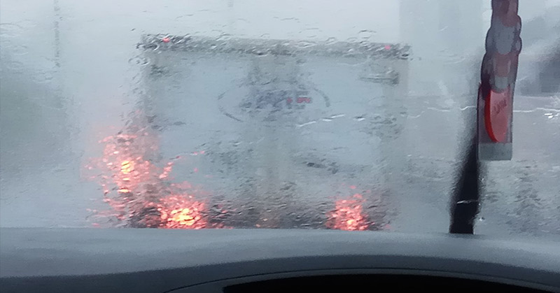 Tol Tomang-Tangerang diguyur hujan, hal itu membuat jarak pandang pengendara terbatas. (Foto: @anggadwidjayanti)