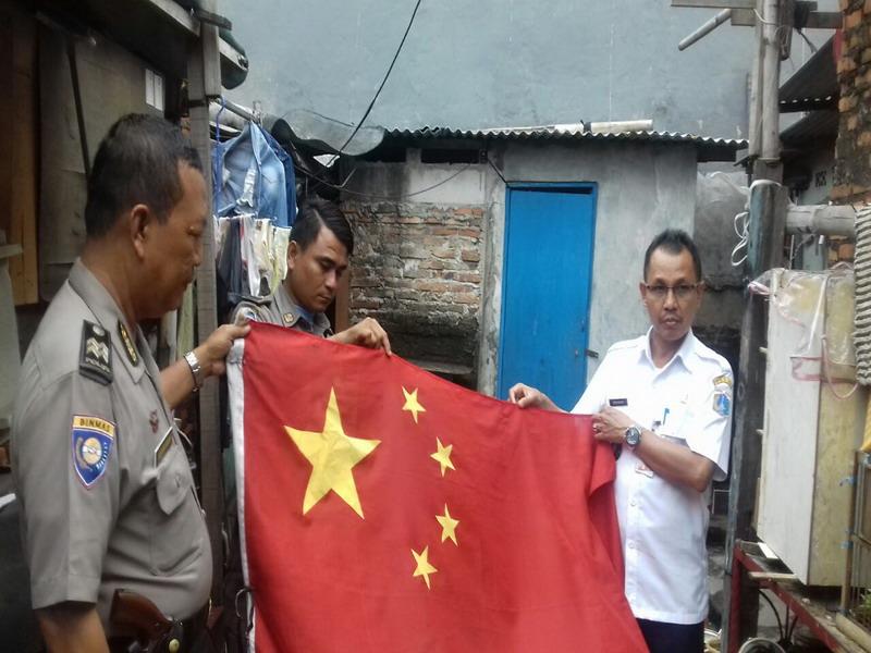 Warga Kibarkan Bendera China di Bawah Merah Putih di Koja