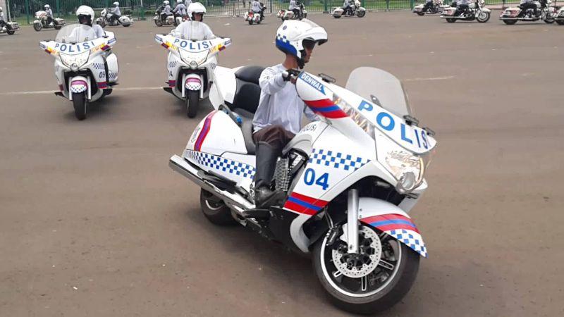 Polisi gunakan motor Victory sebagai pengawalan (foto: Youtube)