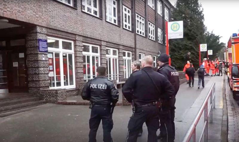 Polisi di luar sekolah yang terpapar gas beracun. (Foto: Twitter)