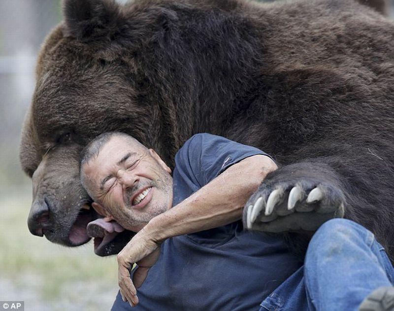 Foto ketika Jimbo bercenkerama dengan Jim (Foto: Associated Press)