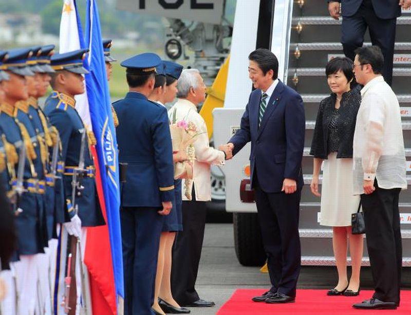 Foto Abe disambut Menteri Luar Negeri Filipina Perfecto Yasay di Manila (Foto: Reuters)