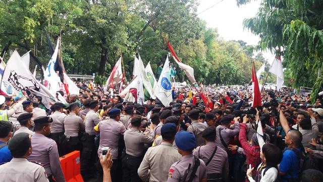 Petugas saat dorong-dorongan dengan massa aksi (foto: Amet/Okezone)