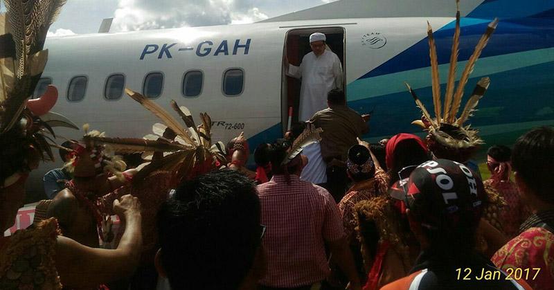 Sebut Suku Dayak Kafir, Wasekjen MUI Dihadang Pakai Mandau di Pintu Pesawat