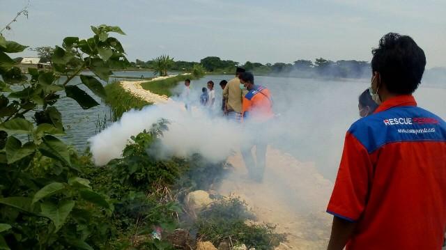 DPW Rescue Perindo Bangkalan saat fogging di Bangkalan (foto: Nurul Arifin/Okezone)
