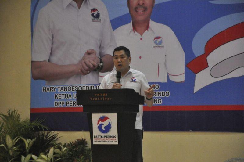 Ketua Umum Partai Perindo Hary Tanoesoedibjo saat melantik pengurus DPRT se-Sampang (Foto: Syaiful Islam/Okezone)