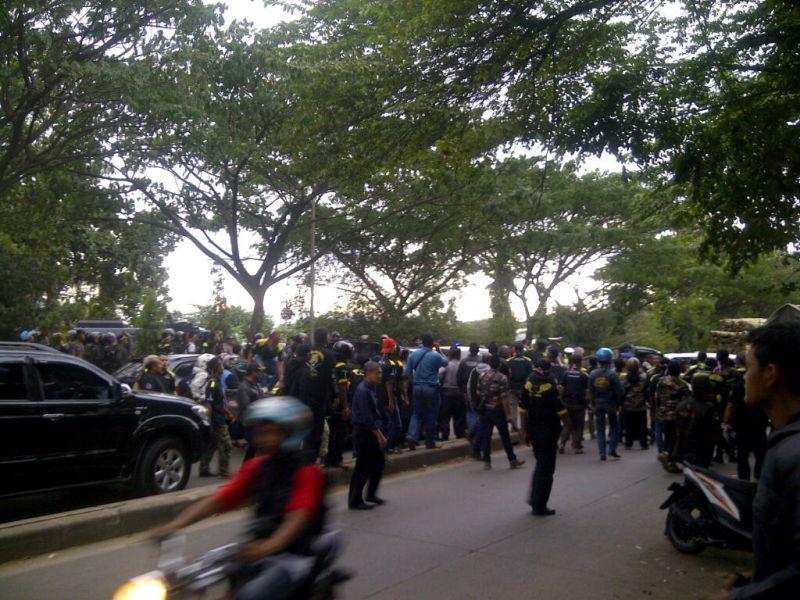 Kericuhan terjadi antara massa pro & kontra Habib Rizieq di sekitar Mapolda Jawa Barat (Foto: Oris Riswan/Okezone)
