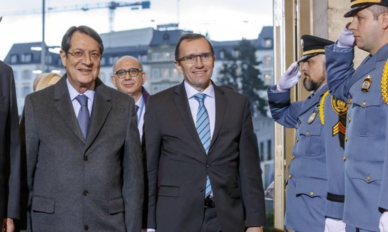 Presiden Siprus Yunani, Nicos Anastasiades (kiri) dan Penasihat Khusus PBB di Siprus, Espen Barth Eide (kanan). (Foto: AP)