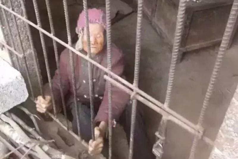 Nenek 92 tahun hidup di kandang babi. (Foto: Shanghaiist)