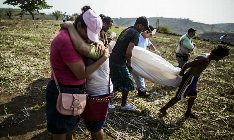 Sepasang Ibu dan Anak Menangisi Kematian Kerabat Mereka yang Dibunuh Geng Kriminal di El Savador. (Foto: AP)