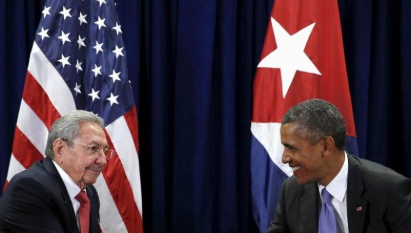 Presiden AS Barack Obama dan Presiden Kuba Raul Castro dalam pertemuan di Majelis Umum PBB, New York, 29 September 2015. (Foto: Reuters/Kevin Lamarque)