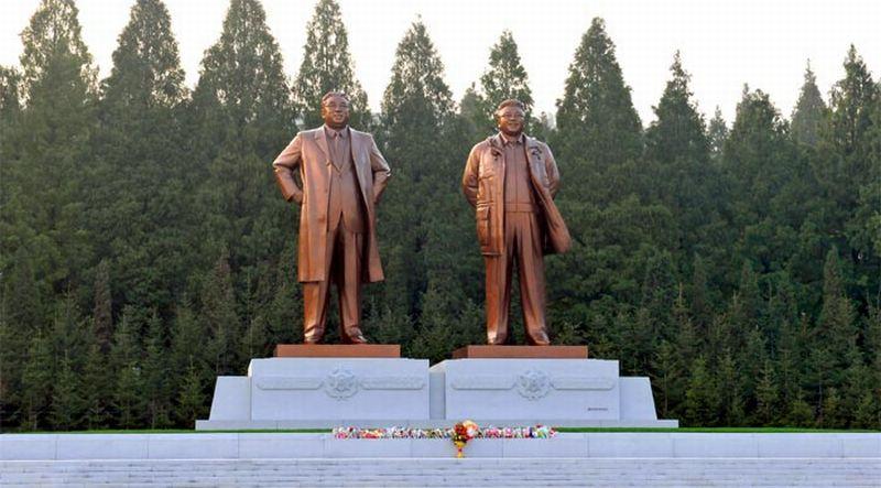 Patung raksasa Kim Il-sung dan Kim Jong-il di Pyongyang (Foto: Rodong Sinmun)