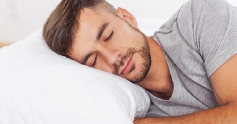 Manfaat Tidur Miring ke Kanan Sesuai Hadits & Sains