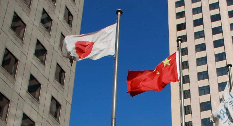 Bendera Jepang dan China (Foto: AFP)
