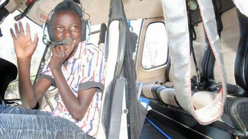Kelvin Muriuki diantar ke sekolah memakai helikopter veteran AU Kenya. (Foto: BBC Sports)