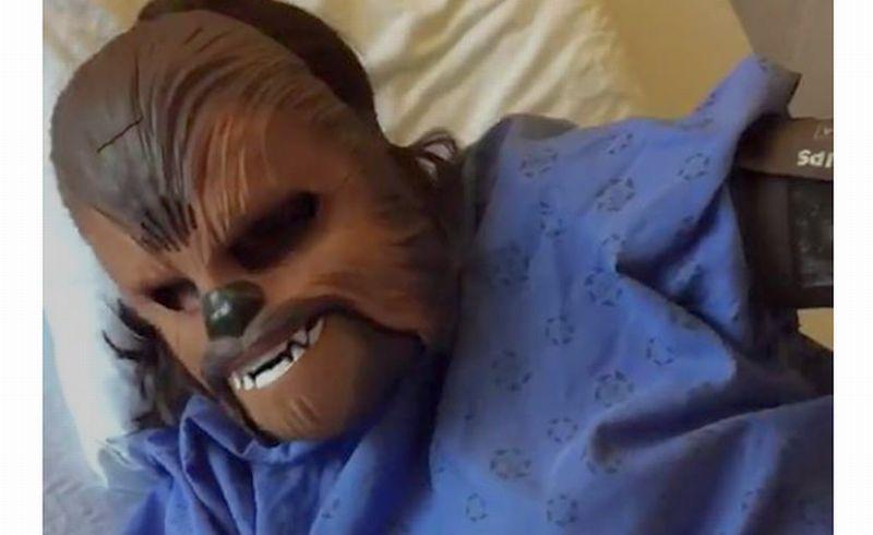 Katie Stricker Curtis mengenakan topeng Chewbacca saat melahirkan anak pertamanya. (Foto: Facebook Katie Stricker Curtis)