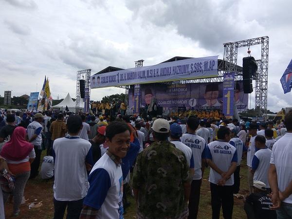 Diguyur Hujan, Ribuan Pendukung Setia Ikuti Kampanye Cagub Banten Wahidin Halim