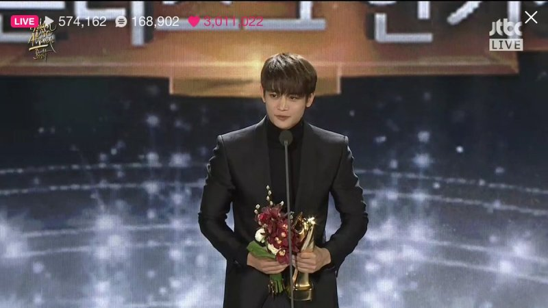 https: img.okezone.com content 2017 01 16 205 1592837 raih-popularity-awards-minho-janji-bawa-shinee-makin-mendunia-8J2kQKsAMC.jpg