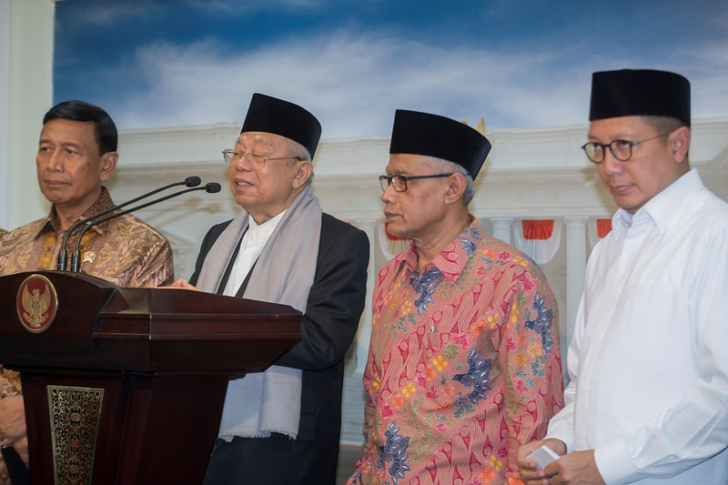Ketua Umum MUI KH Maaruf Amin (dua dari kiri) saat memberi keterangan pers di Istana Kepresidenan Jakarta (Antara)