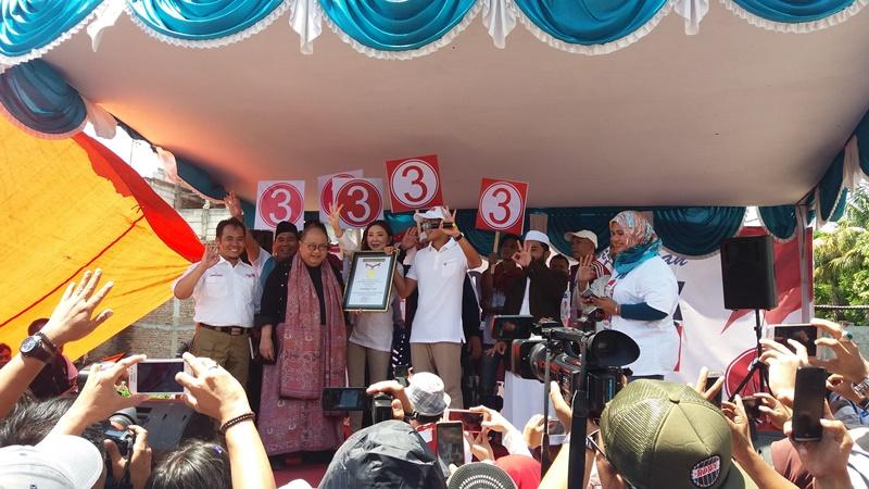 Ketua MURI, Jaya Suprana memberikan penghargaan kepada cawagub DKI, Sandiaga Uno. Foto Achmad Fardiansyah/Okezone