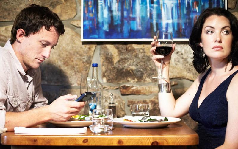 https: img.okezone.com content 2017 01 20 298 1596513 pengunjung-dilarang-pegang-ponsel-saat-makan-di-restoran-ini-h3gL5Q3vqj.jpg