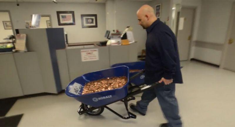 Pria bayar pajak menggunakan koin recehan (foto: Carscoops)