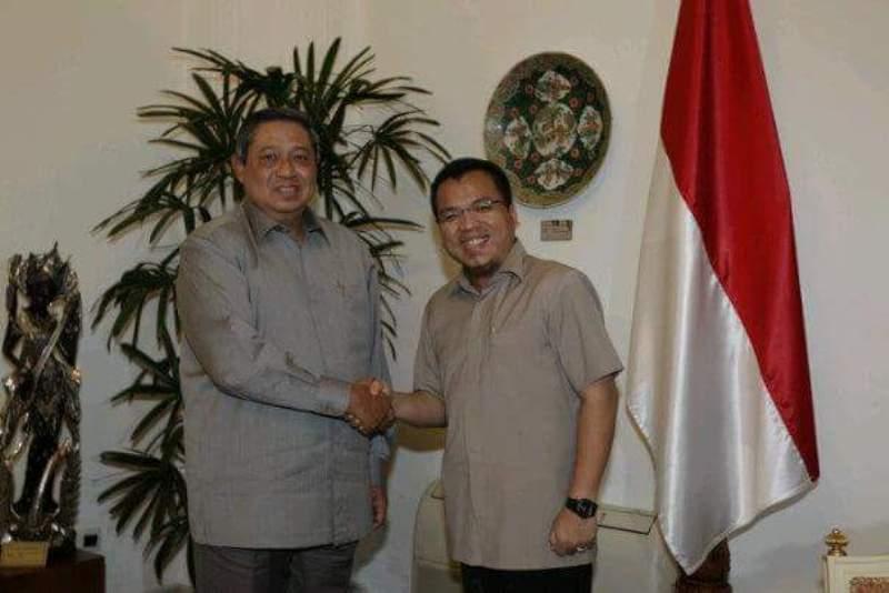 Denny Indrayana menjabat tangan mantan Presiden RI, SBY. (Foto: Facebook)