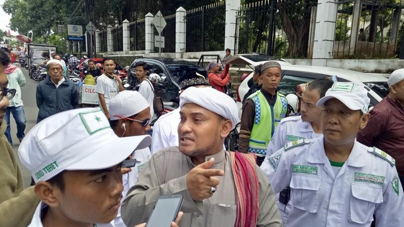 Kawal Habib Rizieq, Massa FPI Berkumpul di Masjid Al-Azhar