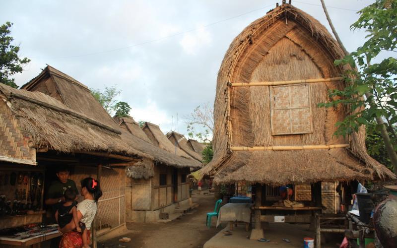 https: img.okezone.com content 2017 01 23 406 1598697 desa-sade-lombok-tempat-belajar-dan-melihat-tradisi-asli-sasak-nXumr8jJai.jpg