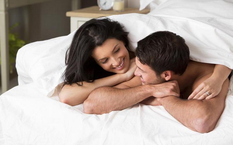 Anda berdua butuh komunikasi yang jelas agar ranjang selalu hangat dan bisa sama-sama saling terpuaskan