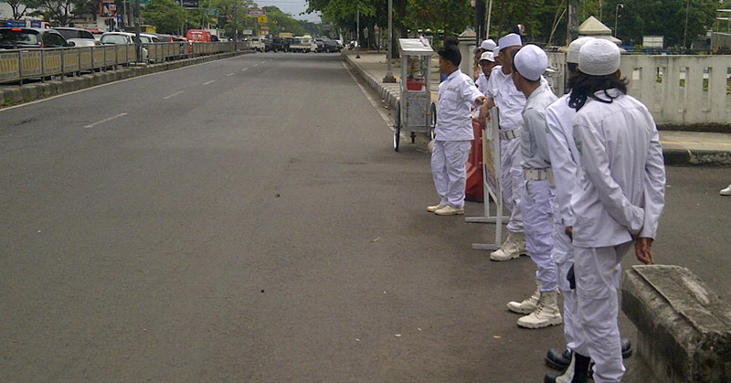 Laskar Fpi Jaga Keamanan Lokasi Aksi Bela Ulama Di Bandung Okezone