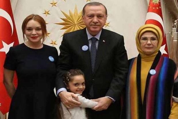 https: img.okezone.com content 2017 01 30 33 1604228 diundang-ke-rumah-presiden-turki-lindsay-lohan-berasa-mimpi-mksfy16N3I.jpg