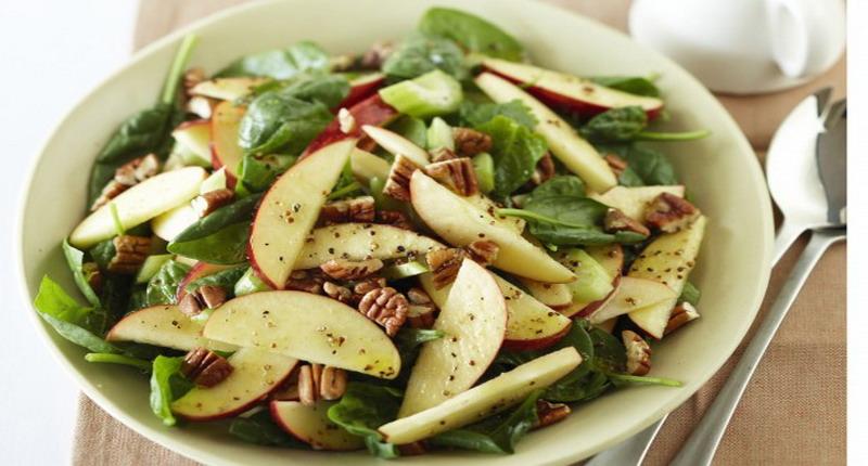 https: img.okezone.com content 2017 01 31 298 1605703 apple-spinach-salad-untuk-si-penyuka-makanan-sehat-UNKopbQ1ys.jpg