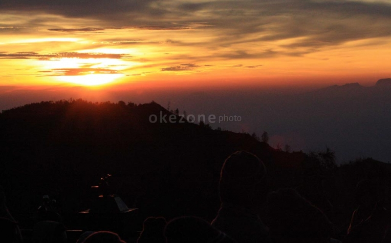 https: img.okezone.com content 2017 01 31 406 1605581 spot-baru-melihat-sunrise-di-gunungwuled-purbalingga-W8laI90drj.jpg