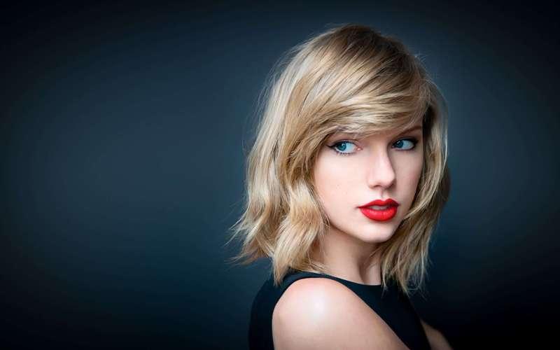 Wajah cantik Taylor menampilkan kecantikan khas wanita Amerika.