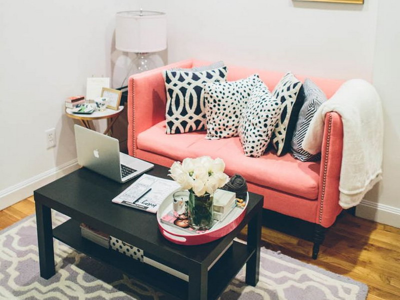 sofa empuk berlengan tinggi ternyata bisa bikin ruangan