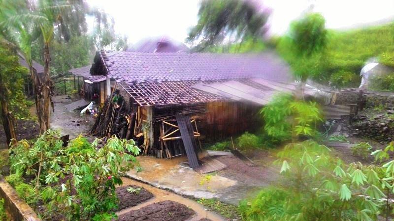 https: img.okezone.com content 2017 02 02 512 1607286 hujan-deras-disertai-puting-beliung-gempur-tiga-desa-di-karanganyar-DZxVAtaJj7.jpg