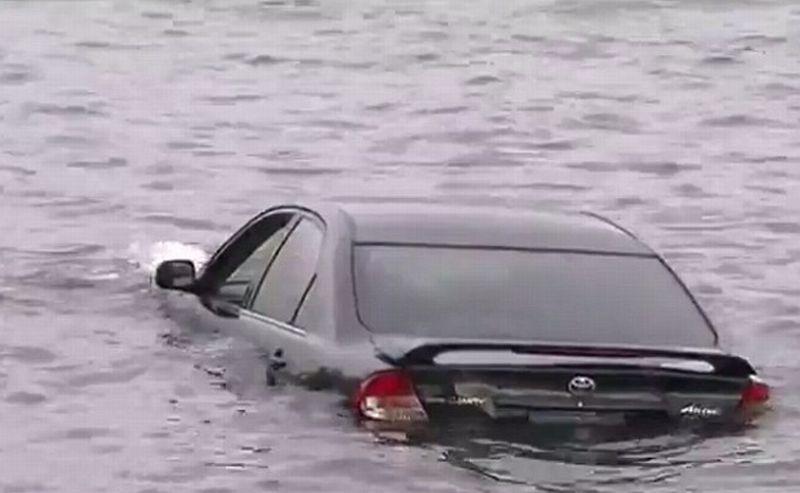 Gara-Gara Sopir Lihat GPS, Toyota Camry Nyemplung ke Sungai