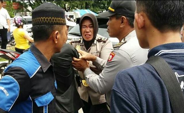 Waduh! Halau Sopir saat Demo, Dahi Polwan Berdarah Kena Pukul