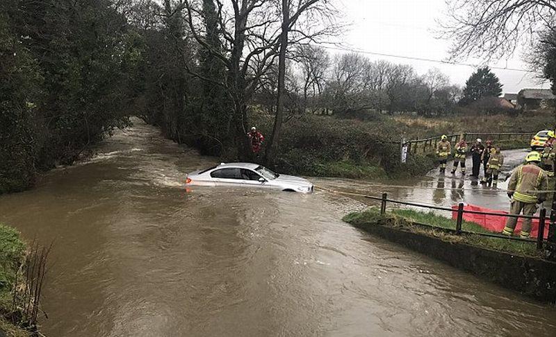 """Mobil BMW Ini Terpaksa """"Berenang"""" di Sungai karena Sopir Terlalu Menuruti GPS"""