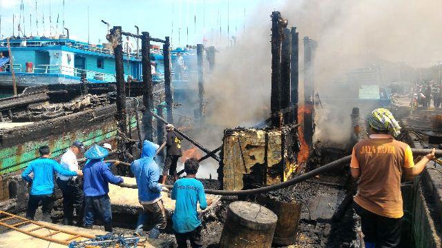 Lagi Dibersihkan, Kapal Ikan KM Jaya Bali Kembali Terbakar