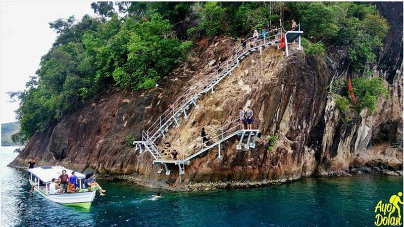 https: img.okezone.com content 2017 02 08 406 1612192 lompat-tebing-di-pulau-sironjong-ketek-sumatera-barat-berani-coba-TmeHYuraAM.jpg