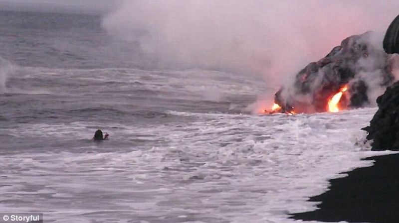 Foto ketika sang pria berusaha dekati aliran lahar (Foto: Storyful)